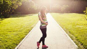 мода для беременной на прогулке