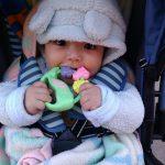 Первые игрушки малыша: браслет-погремушка