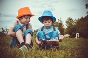 мальчики читают