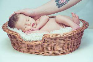 малыш спит в корзине