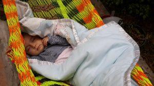 малыш в гамаке