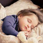Ребенок боится спать один: что делать?