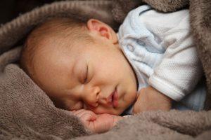 маленький мальчик спит