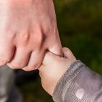 Как отучить ребенка от ношения на руках?