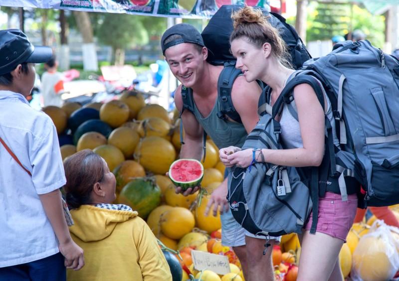 Покупка арбуза на рынке