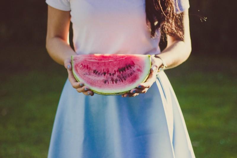 Девушка держит арбуз