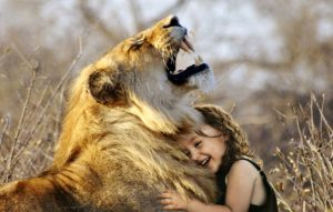 лев и девочка