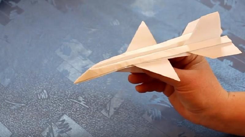 1-gotovyiy-bumazhnyiy-samolet Как сделать бумажный самолетик своими руками который долго летает и легко делается?