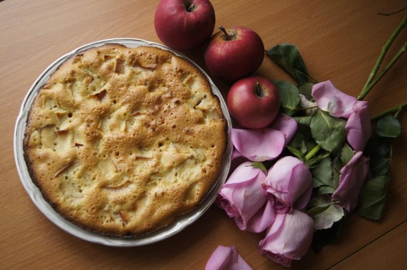 Пышная шарлотка с яблоками