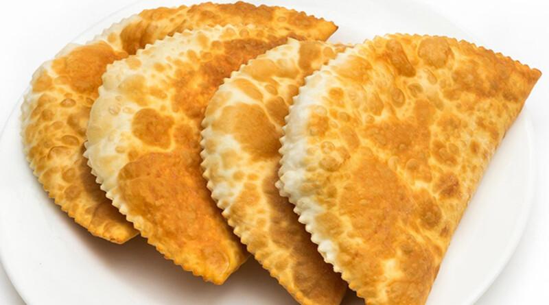 Сочные чебуреки с мясом по очень вкусным домашним рецептам. Как приготовить очень удачное хрусткое тесто для чебуреков с мясом?