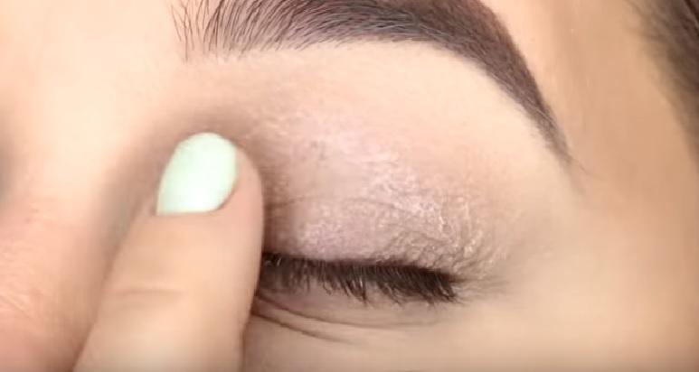 Макияж глаз - фото шаг 1