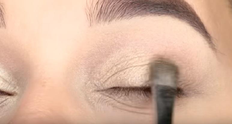 Макияж глаз - фото шаг 2