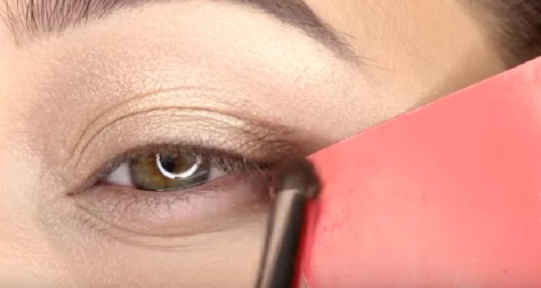 Макияж глаз - фото шаг 4